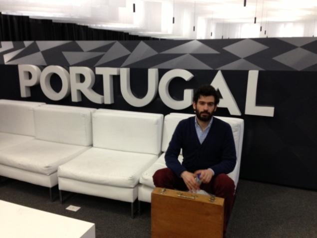 André lleva todo lo que puede dentro de su maleta y posa en el Pabellón de Portugal para dejar constancia de su paso.
